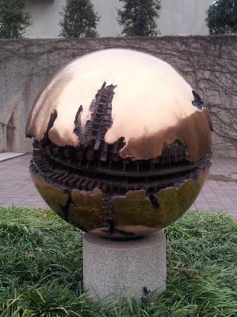 Hirshhorn Museum and Sculpture Garden: Neat globe sculpture
