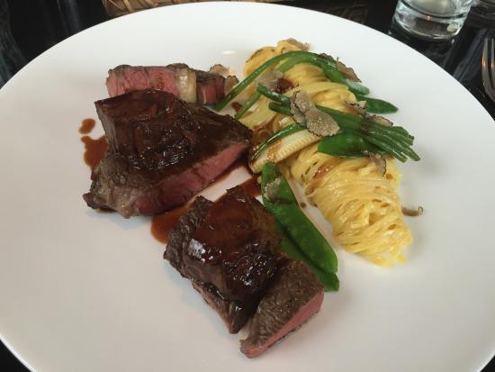 Restaurant Carl by Philipp Haiges: Steak und Nudeln in Trüffel Sahne Sauce