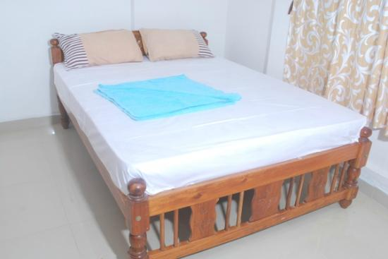 Gabriels Guest House: clean room with white linen