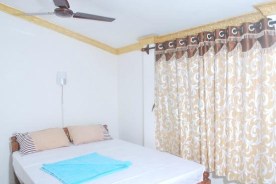 Gabriels Guest House: airconditioned and non air-conditioned room