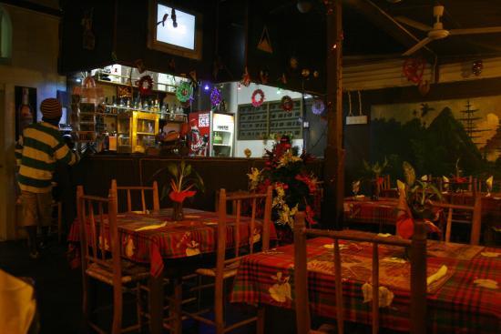 La Petit Peak : La sala dove si mangia con il bancone del bar
