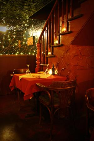 Tomavinos Pizzeria: Interior is dark and intimate, perfect for a date night!