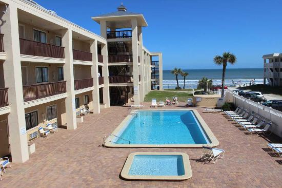 Coastal Waters Inn: Pool deck