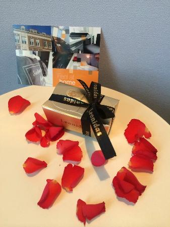 Hotel Mozaic Den Haag: Personal note for being a returning guest, rose leaves and chocolate...