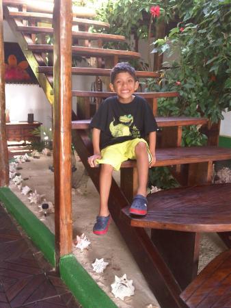 Posada Galapagos: mi niño en la escalera de hojas