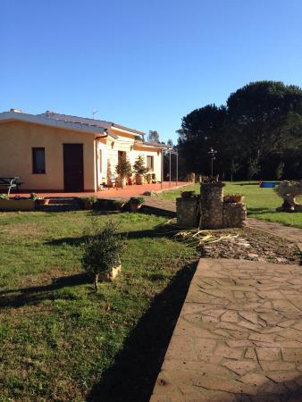 Agriturismo La Genziana: Agriturismo - sala colazioni e bellissimo giardino