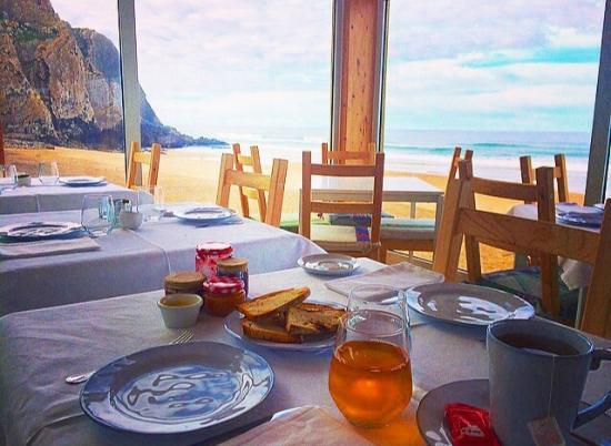 Bar Do Fundo: Pequeno almoço sobre a praia