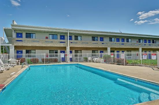 Motel 6 Chicago West - Villa Park: Pool