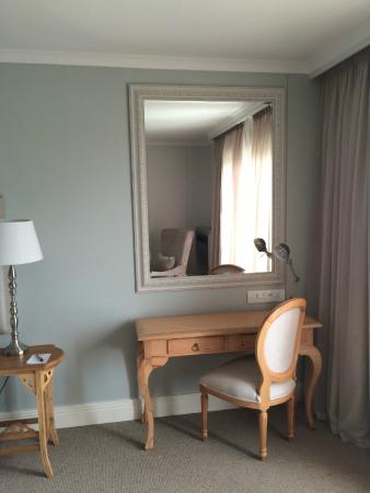 The Riverside Hotel : Dressing table in room