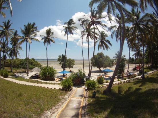Kinasi Lodge: Beach area / view from room