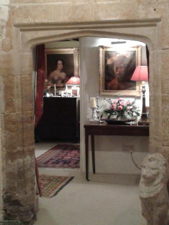 Tudor Cottage Bed & Breakfast: Tudor Archway, Entrance Hall