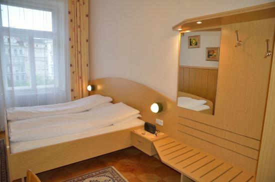 Schweizer Pension: Double room with shared bath