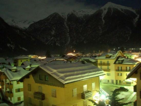 Hotel Pinzolo Dolomiti: Вид из окна