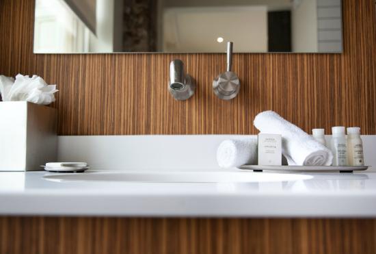Hotel Indigo Newark S Sleek Spa Inspired Bathrooms Are Incorporated