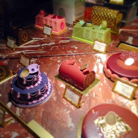 ショーケースに並ぶケーキたち