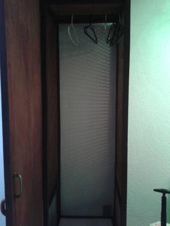 """Casa da Pedra: """"armário"""" com cabides, sem porta - quarto 13"""