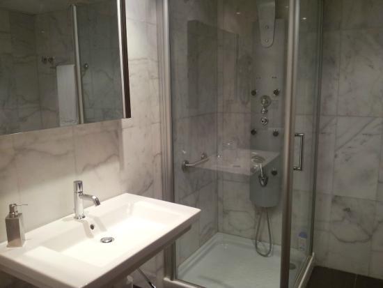 Apartamentos Turisticos Archybal: Baño muy amplio.