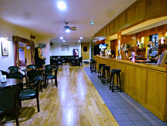 Wensum Valley Hotel Golf and Country Club: The bar area is in between  the dining rooms and the lounge. Lots of yummy food on the bar menu!