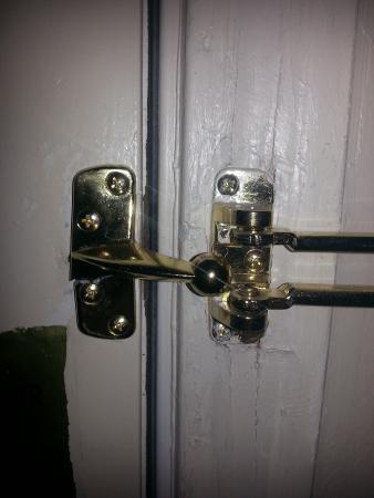MainStay Suites Pensacola: Broken door lock