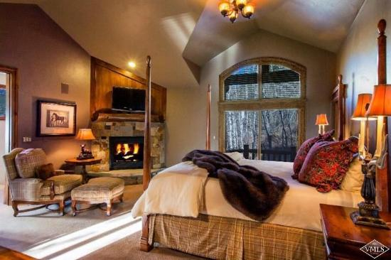 Vail Cascade Condominiums: The master bedroom