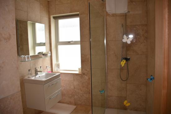 Muldoanich Bed & Breakfast : Magnificent, modern bathroom.