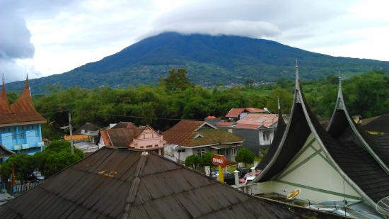 Bunda Hotel, Bukittinggi: Singgalang Mount view fom the hotel room