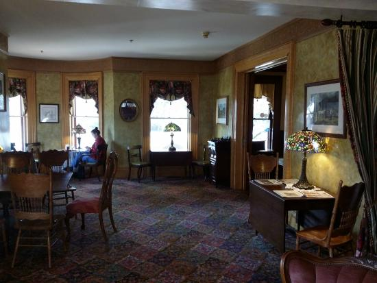 Union Gables Inn: Dining room/parlor