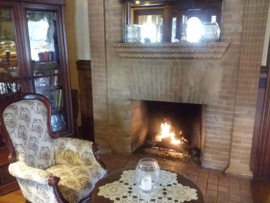 Union Gables Mansion Inn: Fireplace - dining/breakfast room