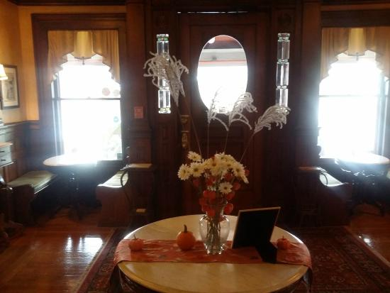 Union Gables Mansion Inn: Entryway