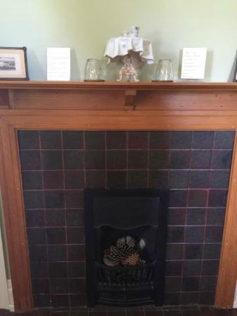 Silvermere Bed and Breakfast: Hay Room fireplace