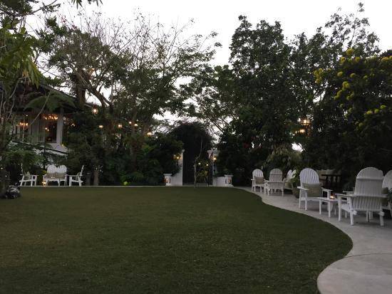 Antonio's Garden: Cocktail area before dinner