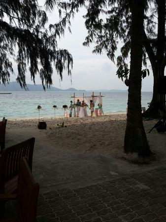 Coral Island Resort: Свадебная церемония на берегу