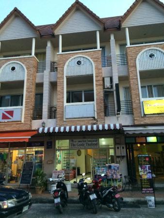 The Charm Hotel: Вход в соседнее здание, где располагается часть номеров