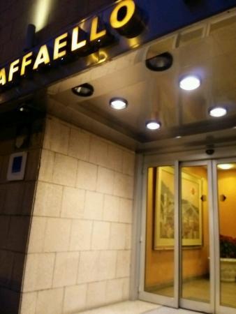 Hotel Raffaello Firenze: ホテル入り口。入り口に向かって左に数分でスーパーです。