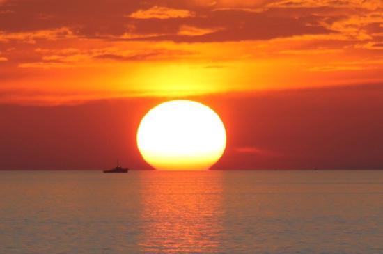 Blue Corals Beach Resort: solnedgang fra Balkongen.