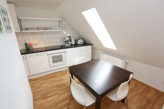 2-zimmer-dach-apartment wohnzimmer - bild von apartments thommen ... - Apartment Küche