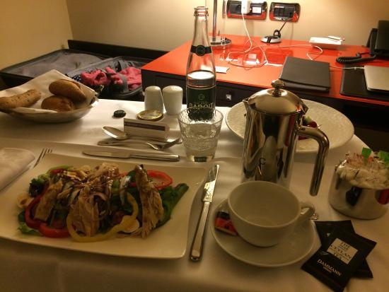 Hyatt Regency Nice Palais de la Mediterranee: Salade niçoise au room service