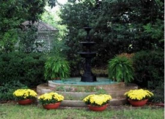 Belle Oaks Inn: One of my favorite fountains on the grounds of Belle