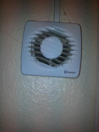 Streatley, UK: Filthy shower room extractor fan