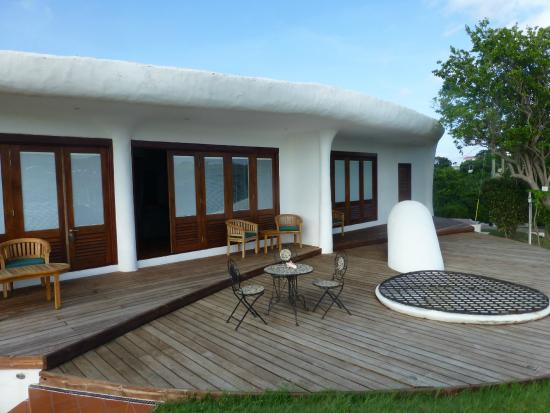 Lance aux Epines, Гренада: Decked area outside room - no privacy, no sun loungers, no shade.