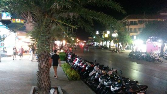 Aonang Top View: Главная улица рядом с отелем