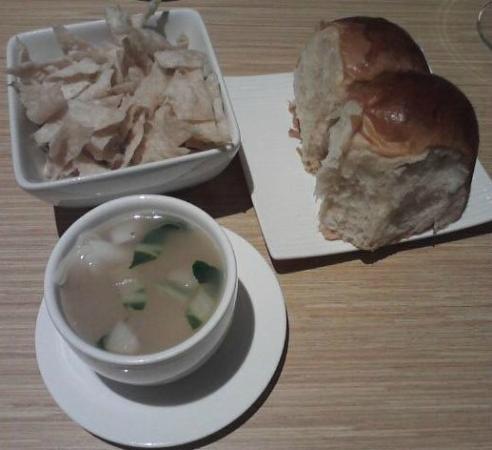 GIM Ling Restaurant: Dinner rolls, Wonton soup, Crispies