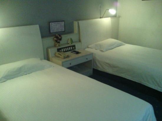 Noble Center Hotel : ベッド