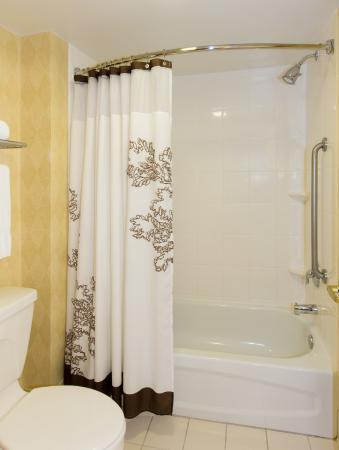 Residence Inn Wayne: Guest Bathroom