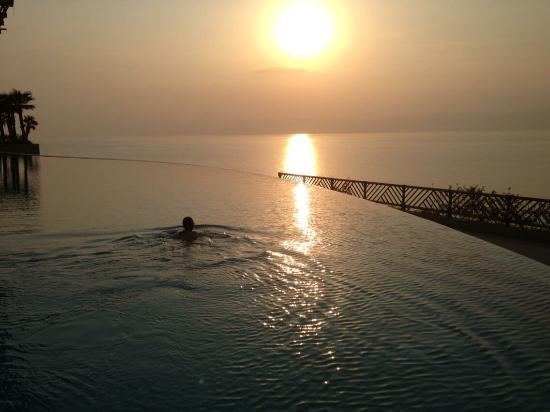 Dead Sea Region, Yordania: Taking a swim at sunset