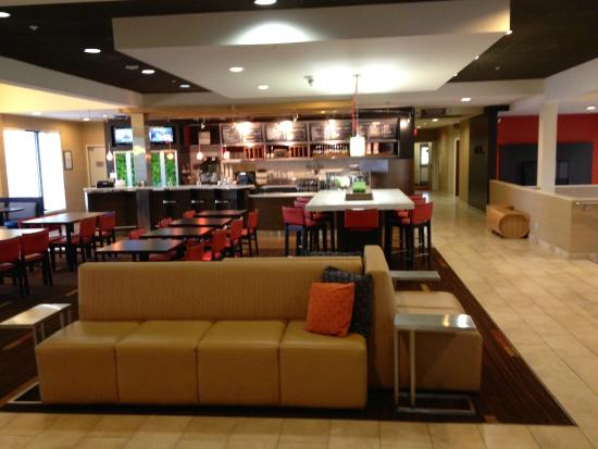 Courtyard by Marriott Boulder: Dinning and bar in in the lobby area