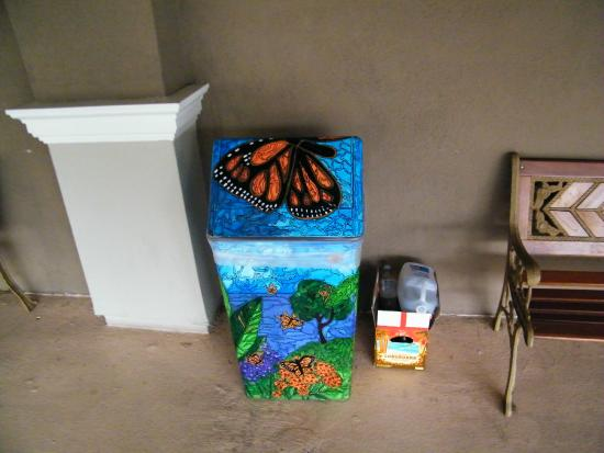 Best Western Plus Marina Shores Hotel: painted garbage cans around the hotel