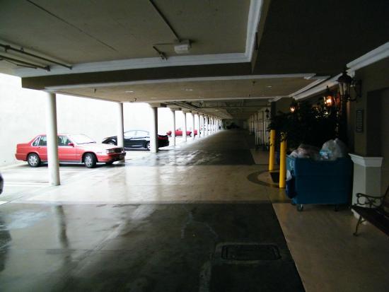 Best Western Plus Marina Shores Hotel: parking lot
