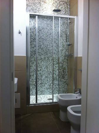 Doccia biposto con rivestimento in vero mosaico asciuga capelli in dotazione foto di il - Rivestimenti per doccia ...