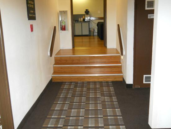 GuestHouse Inn & Suites Eugene / Springfield: Entrance to Lobby